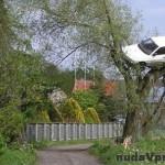 Cestnému pirátovi v Poľsku sa pomstili zavesením auta na strom