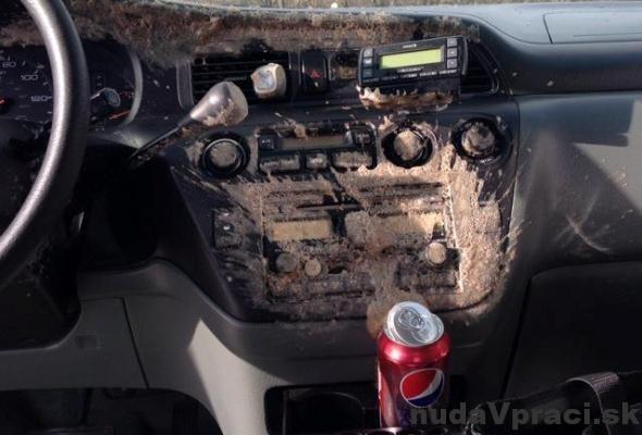 Nezabúdajte v zime na Colu v aute