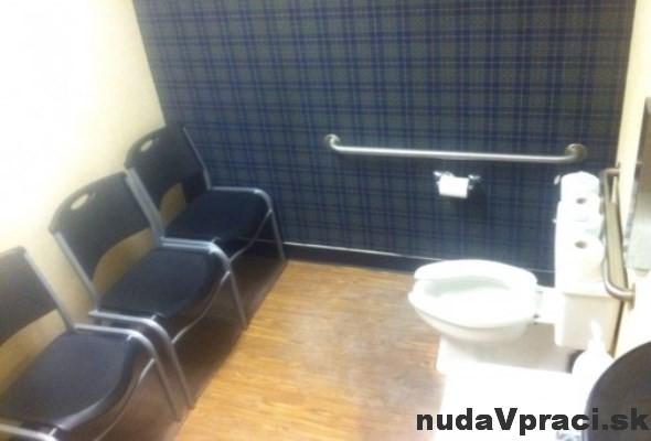 Na WC netreba čakať vonku