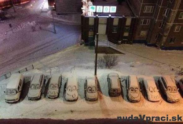 Veselé zasnežené autá na parkovisku