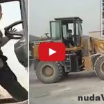Neuveriteľné! 5-ročný chlapec jazdí s bagrom