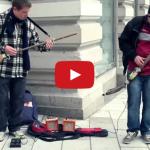Pouliční muzikanti hrajú na nezvyčajné gitary